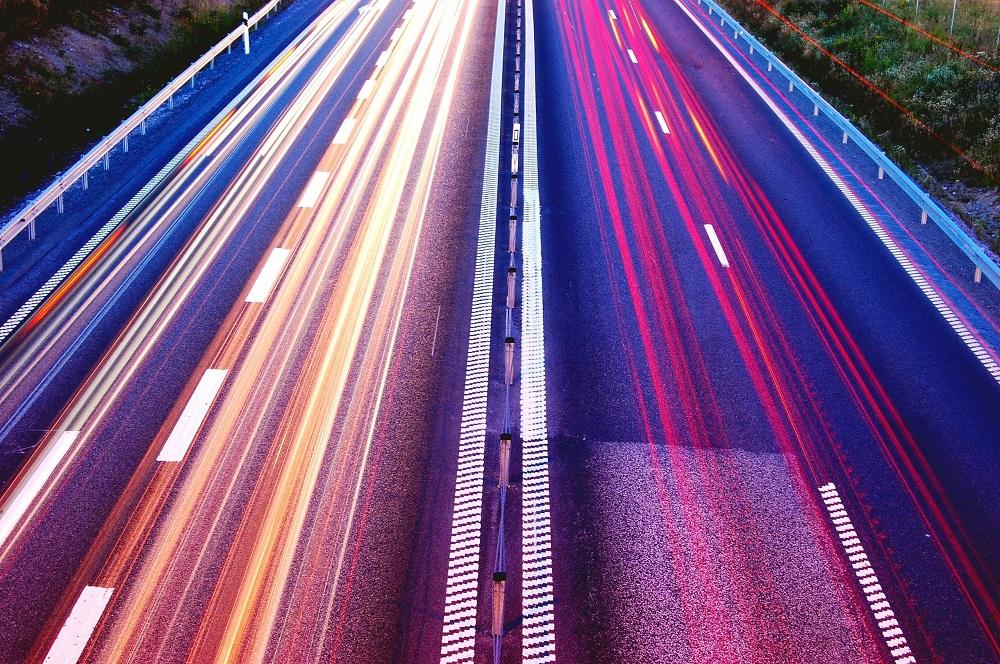 traits de couleurs représentant la vitesse sur autoroute