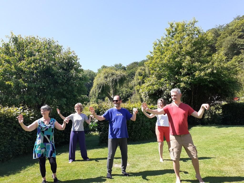 groupe pratiquant le qi gong