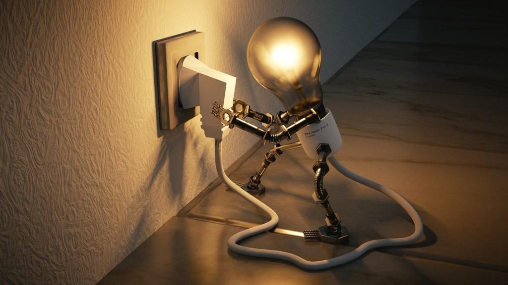 bonhomme ampoule électrique qui se branche à une prise.